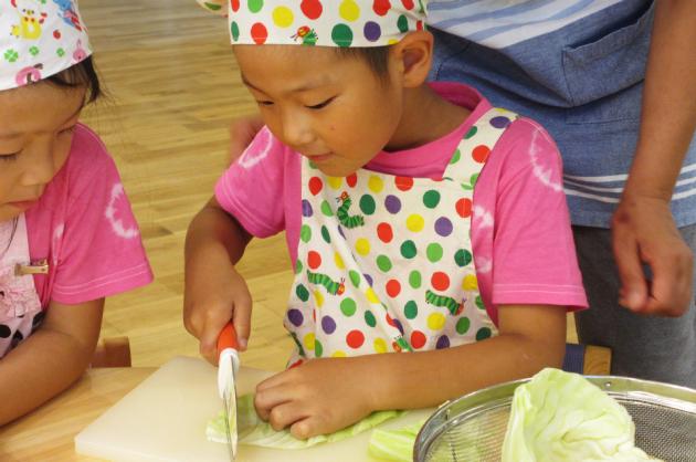 調理実習中の園児